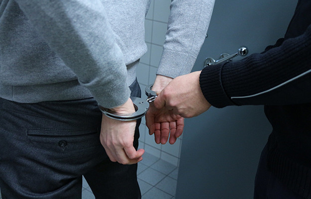 逮捕されると仕事はクビになる?仕事先に復帰できる?盗撮などの具体例も紹介!